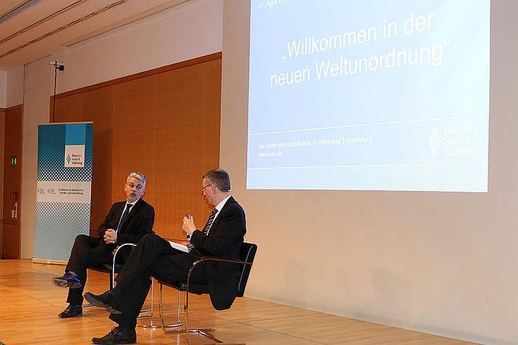 Zwei Herren auf dem Podium im Gespräch
