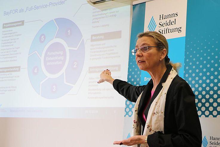 ... ebenso wie von Karin Lukas-Eder, Leiterin des Brüsseler Büros der Bayerischen Forschungsallianz (BayFOR), heraushören. Beide beraten Einrichtungen zuhause dabei, wann Förderanträge für welches Programm wie gestellt werden können.