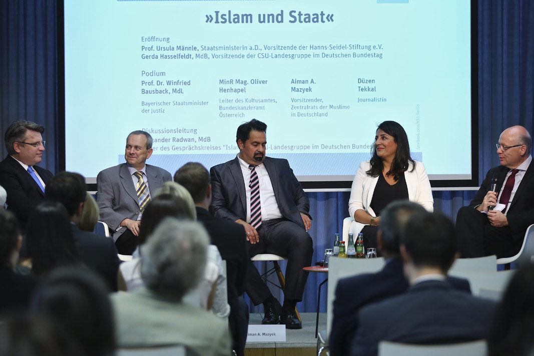 Alexander Radwan, MdB, (rechts im Bild) moderierte die Podiumsdiskussion.