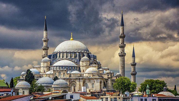 Die blaue Moschee in Istanbul vor bedrohlichem Wolkenhimmel