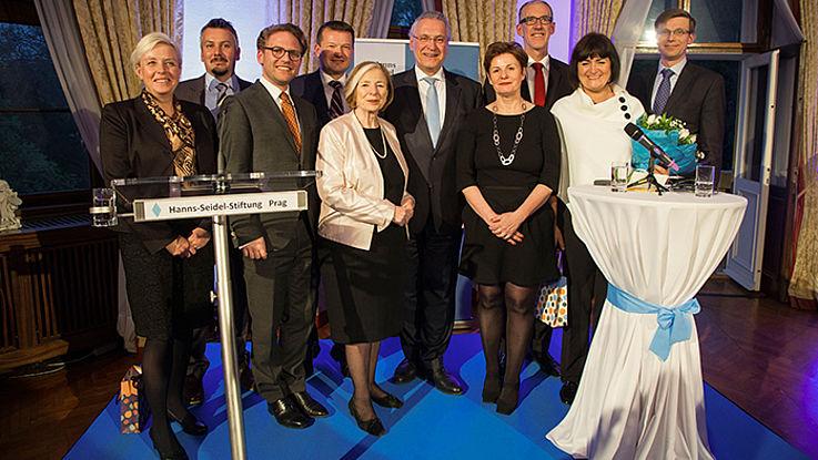 Repräsentanten und Festredner mit Ursula Männle in der Mitte würdigen die Projektarbeit der Stiftung