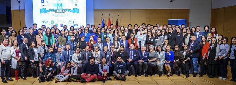 Das Gruppenfoto zeigt alle mongolischen Teilnehmer - als als 100 - die sich für den ersten mongolischen Ideenwettbewerb interessiert hatten oder mit eigenen Beiträgen daran teilgenommen haben