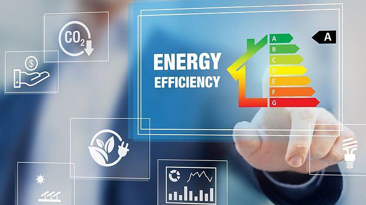 Symboldbild. Eine Hand zeigt von hinten auf eine Grafik mit Balken, die Energieeffizienz abbilden.