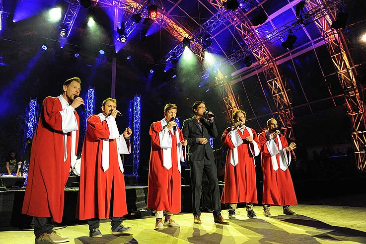 Viva Voce singen ácappella auf der Bühne. Hier in lange Roben gekleidet.