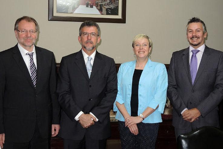 Gruppenfoto mit Peter Witterauf, Hugo Rovira (Generaldirektor des peruanischen Kongresses), Dr. Susanne Luther und Henning Senger