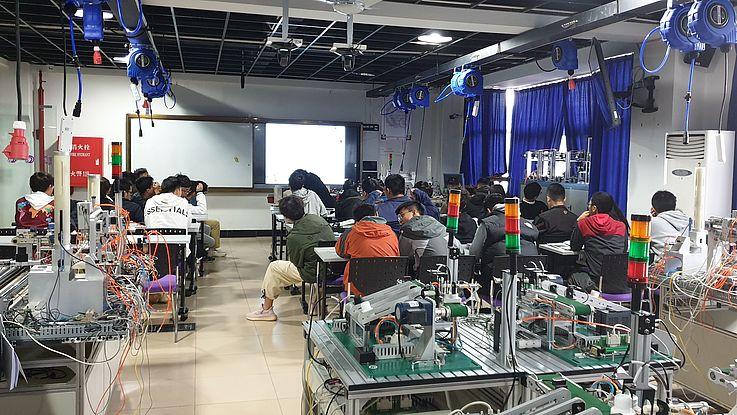 Ein Raum voller technischer Gerätschaften und Tischen für die Schüler