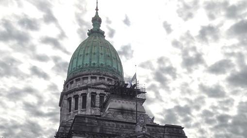 Die Kuppel des Regierungspalastes mit einem Himmel voller dunkler Wolken