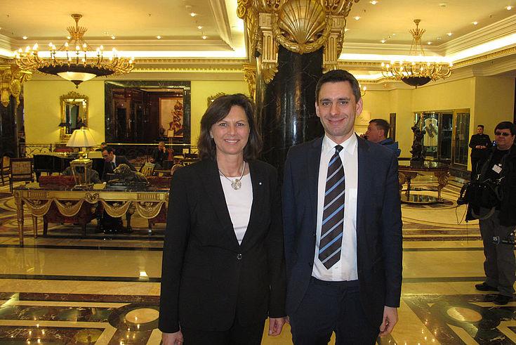 Im Foyer des Ritz-Carlton: Ilse Aigner mit dem neuen Leiter der HSS-Verbindungsstelle Moskau, Jan Dresel.