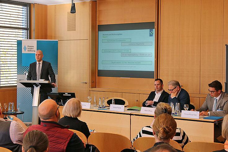 Stadtrat Marian Offman, Ralf Sorg, Immobilienverband IVD Süd, und Andreas Pritschet, Vorstand VdW Bayern (Vortragender), diskutierten rege mit den Teilnehmern.