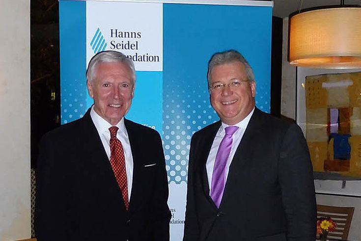 Markus Ferber mit Peter Hughes vor der Fotowand der HSS