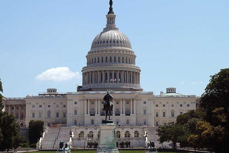 Das Capitol in Washington. Riesiger Prachtbau aus Marmor mit gewaltiger zentraler Kuppel.