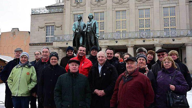 Fröhliche Seminarteilnehmer vor dem Goethe-Schiller-Denkmal in Weimar