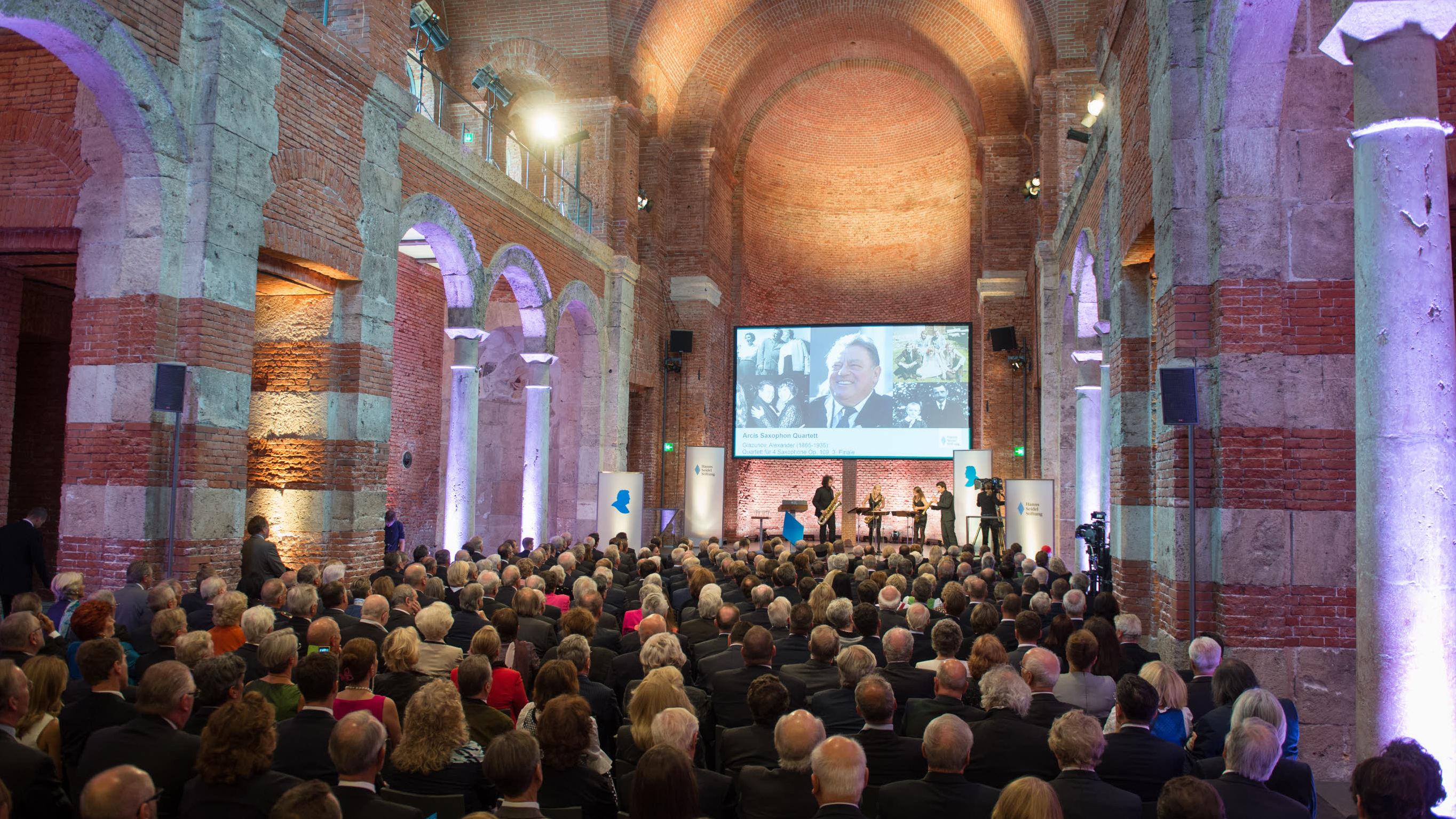 """""""Dankbar rückwärts, mutig vorwärts, gläubig aufwärts"""" - Festakt zum 100. Geburtstag von Franz Josef Strauß in der Allerheiligen-Hofkirche der Münchner Residenz"""
