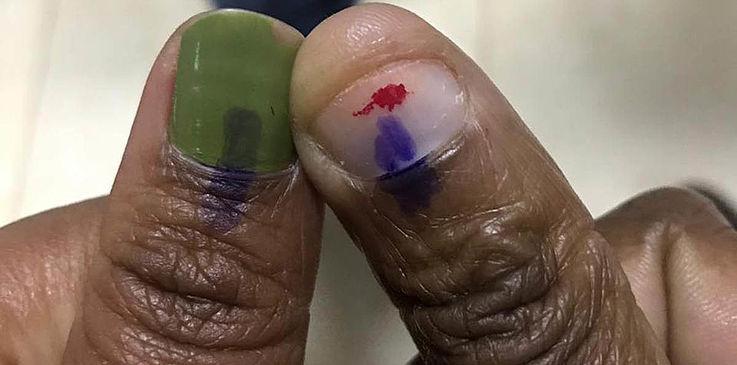 Zwei Finger mit wasserfester Farbe als Zeichen, dass diese Person bereits gewählt hat