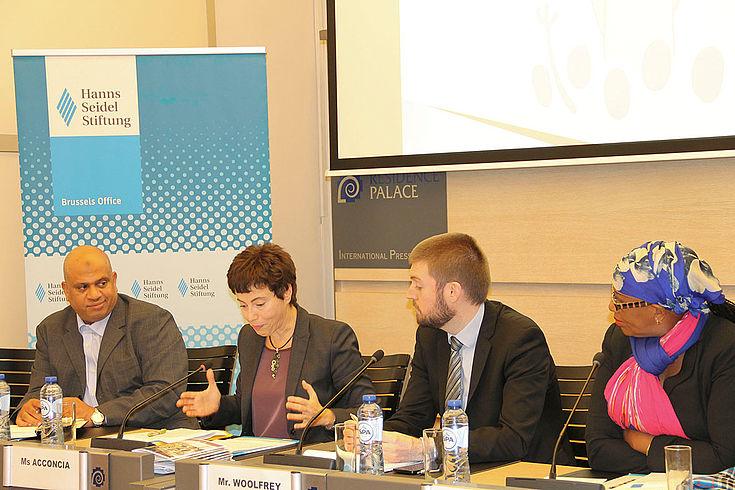 Panel der Veranstaltung, bei dem Diana Acconia von der europäischen Kommission (zweite von links) die Vorteile des Wirtschaftsabkommens EPA aus der Sicht der EU erklärt