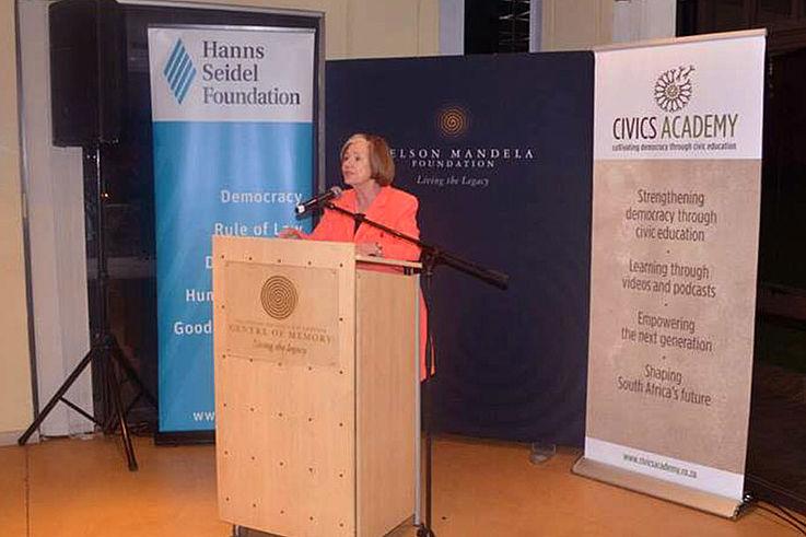 In ihrer Rede beim anschließenden Empfang hob Prof. Männle hervor, dass sich jede neue Generation staatsbürgerliches Wissen und Fähigkeiten erwerben müsse, die sie zur aktiven Teilhabe an demokratischen Prozessen befähigen. Diesem Ziel widmet die Hanns-Seidel-Stiftung seit Jahrzehnten ihre Arbeit in Deutschland und Projekte in zahlreichen Ländern.