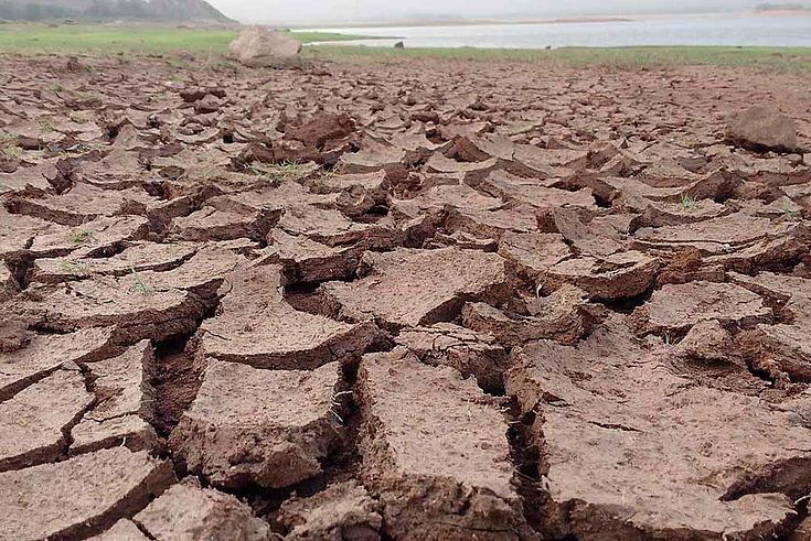 Vor Trockenheit tief aufgerissene Erde