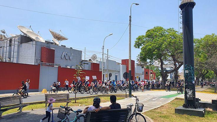 Die Zivilgesellschaft zeigt Stärke: In Lima protestieren Bürger in einer Fahrraddemonstration gegen die Politik von Interimspräsident Manuel Merino.
