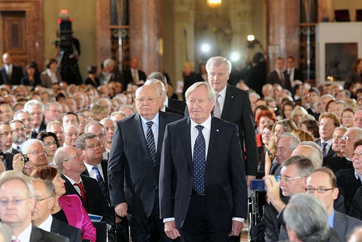 Michail Gorbatschow, Hans Zehetmair und Horst Seehofer im Kaisersaal der Residenz