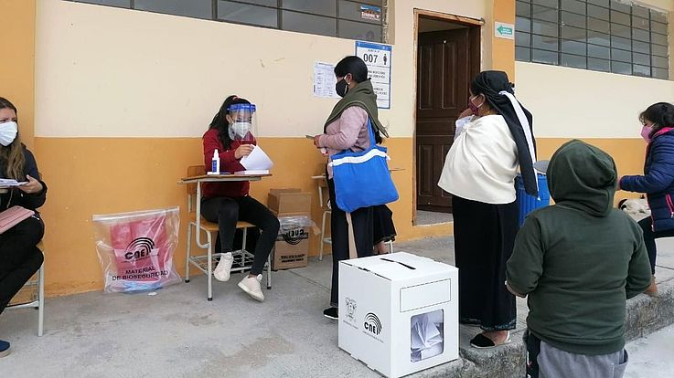 Wegen der Coronapandemie fand in Ecuador die Stimmenabgabe oft im Freien statt.