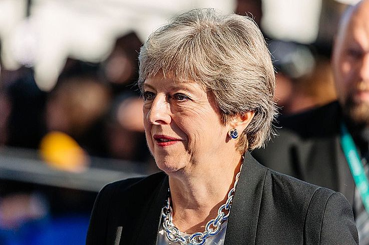 Theresa May mit prominenter Halskette