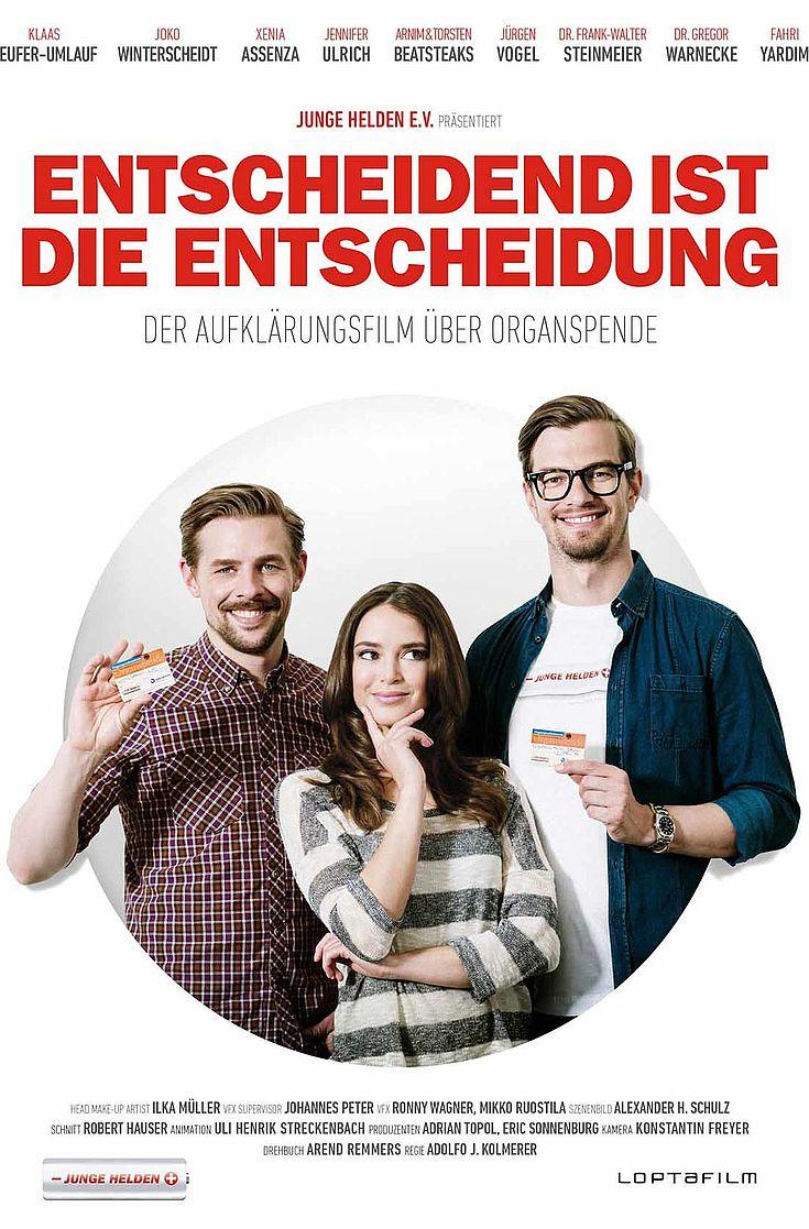 Auf einem Filmplakat sieht man neben dem Titel: Entscheidend ist die Entscheidung, zwei junge Männer halten halten einen Ausweis in die Kamera und lächeln, in ihrer Mitte eine junge Frau die die Hand am Kinn hält.