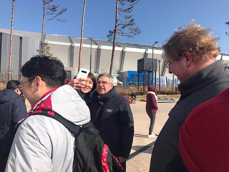 Rundgang von IOC-Präsident Thomas Bach im olympischen Dorf
