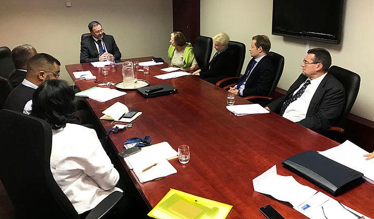 Treffen mit Anton Bredell (Kopfende des Tisches), dem Minister für kommunale Selbstverwaltung der Provinz Westkap
