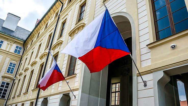 Die tschechische Flagge vor einem Torbogen