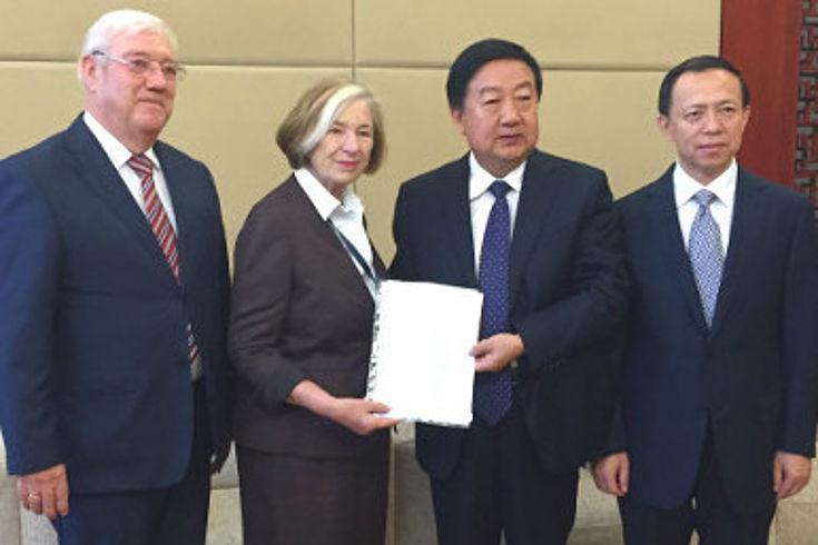 Josef Miller, Ursula Männle, Vizeminister Wang Shiyuan, Vizegouverneur Wang Shujian begrüßen sich