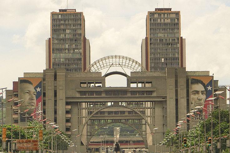 Das Regierungsviertel in Caracas mit dem Gebäude der Wahlbehörde CNE im Hintergrund rechts