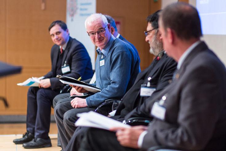 Andreas Heinemann-Grüder führte mit kritischen Nachfragen durch die Diskussion