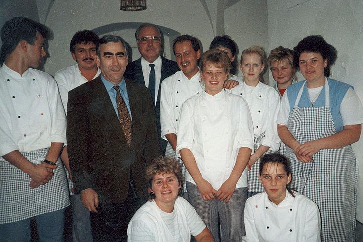 Helmut Kohl und Theo Waigel mit dem Küchenpersonal der Bildungsstätte Kloster Banz