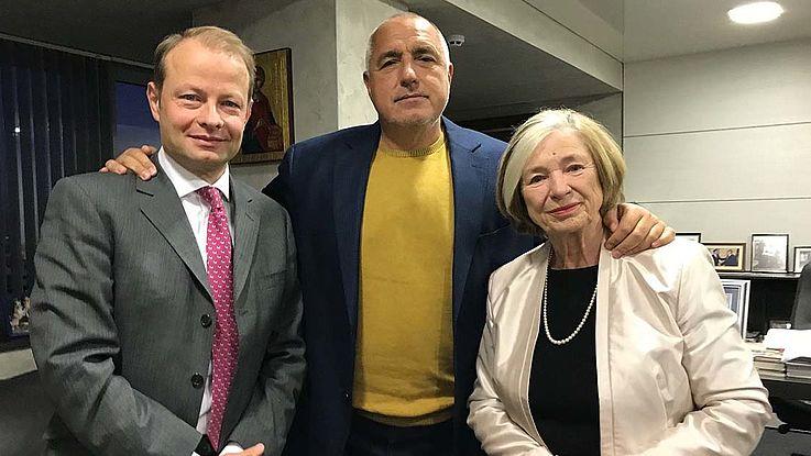 Dr. Krug steht links neben Borisov, der seinen Arm väterlich um ihn und Prof. Männle gelegt hat, die rechts neben ihm steht.