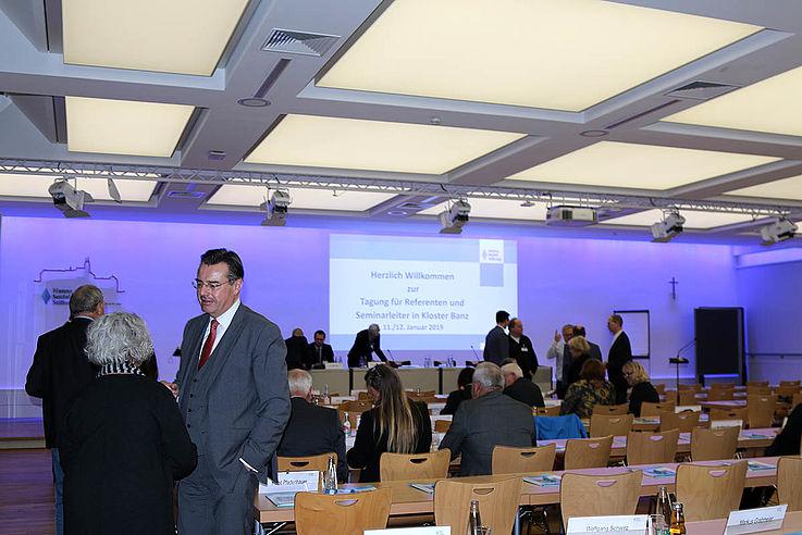 Vor dem Vortrag André Hallers. Vorne Horst Pfadenhauer, Schulleiter und HSS-Kulturreferentin Dr. Stobl