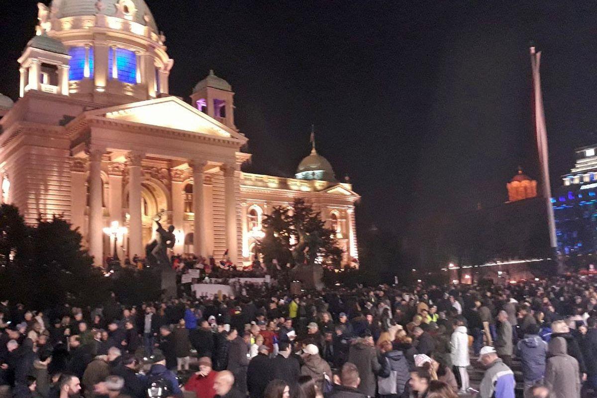 Große Menschenmenge vor dem Parlamentsgebäude