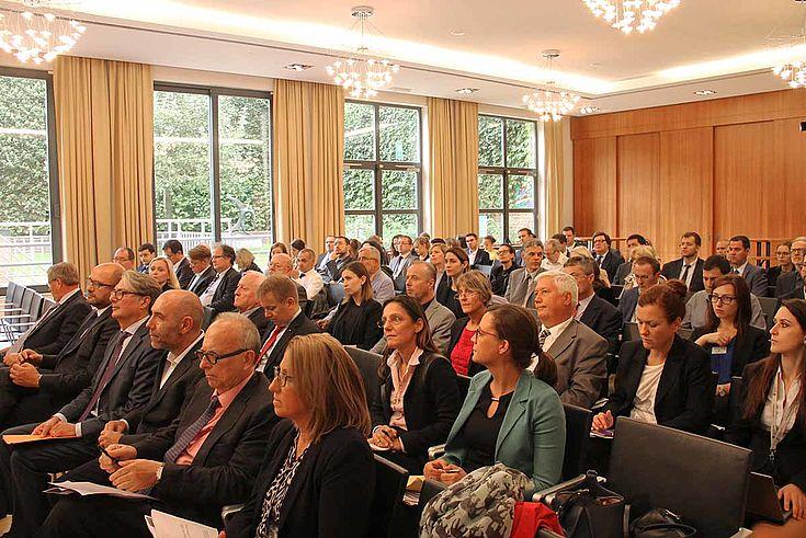 Das Publikum folgt der Diskussion auf der Bühne mit großem Interesse.