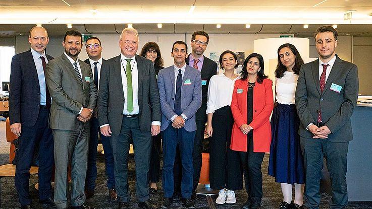 Gruppenbild mit Markus Ferber, der lächelnd in der Mitte der Delegation steht.