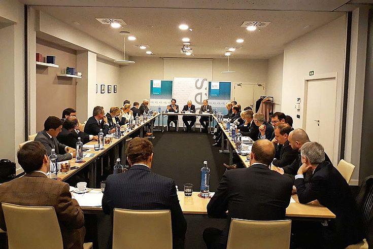 Konferenzraum mit langem Tisch in U-Form