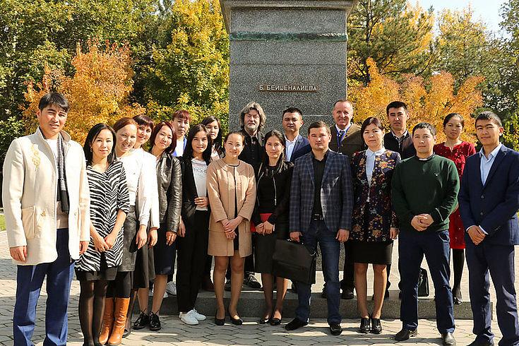 Gruppenbild der Stipendiaten und Alumni der HSS in Kirgisistan mit MdEP Joachim Zeller