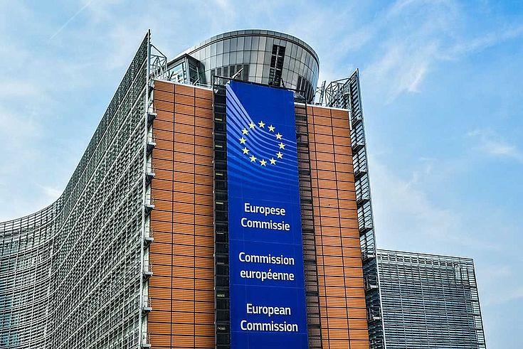 Das Gebäude, in dem die Kommission tagt. Moderner, geschwungener Bau mit Verschalung aus Metallbändern.