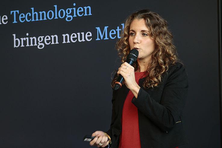 Aline-Florence Buttkereit vom CGI zeigt, wie neue technische Hilfsmittel, wie z.B. Textroboter oder KI-gestützte News-Feeds, eingesetzt werden können