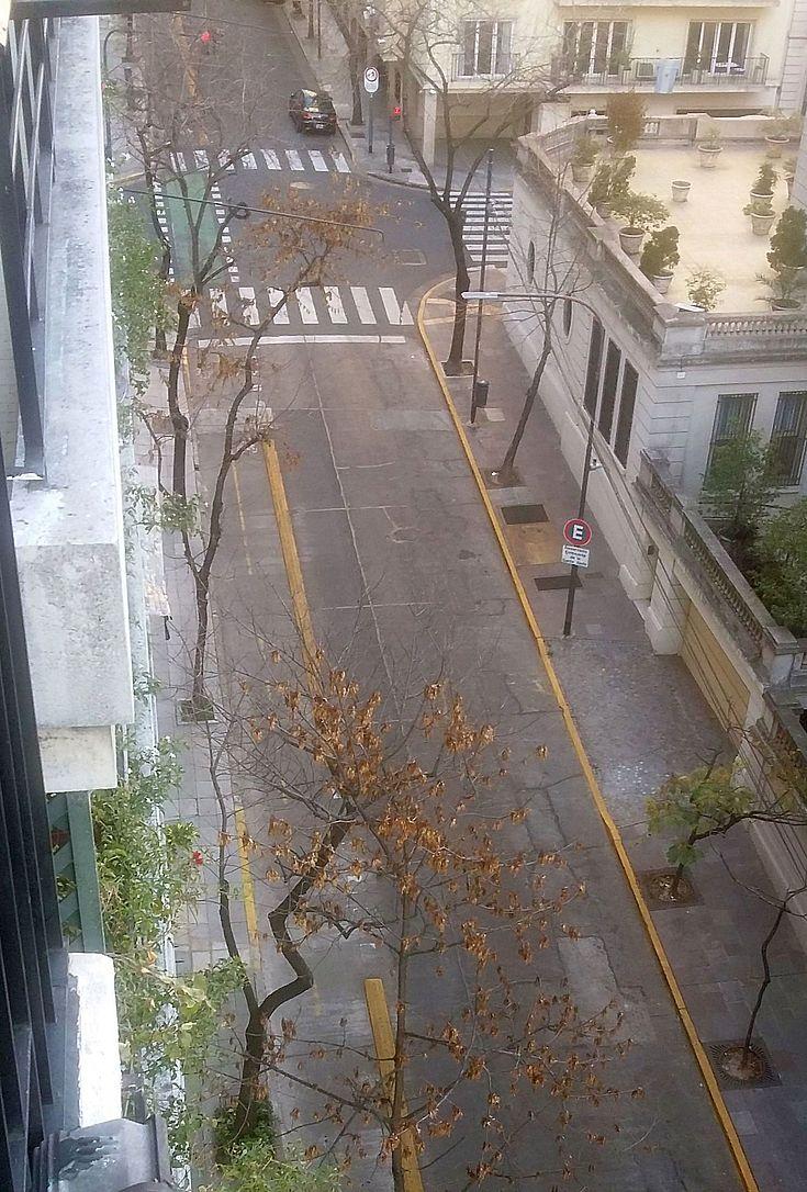 Menschenleer sind die Straßen in Buenos Aires infolge der allgemeinen Ausgangssperre.