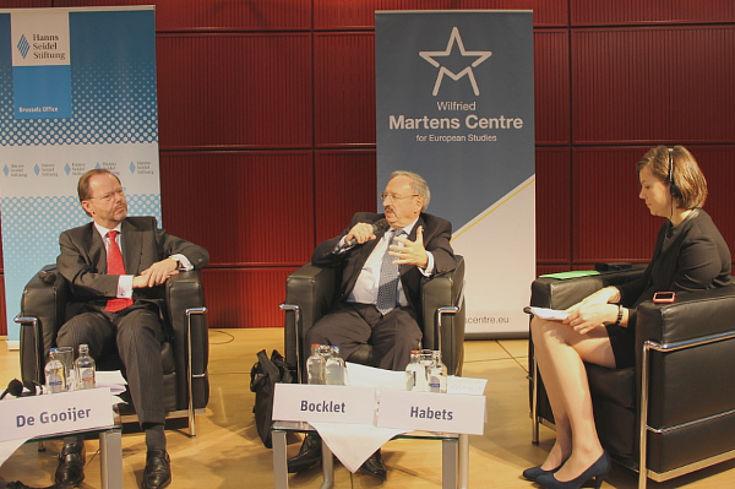 Auf dem Podium: Pieter De Gooijer, Reinhold Bocklet und Moderatorin Ingrid Habets vom Wilfried Martens Centre