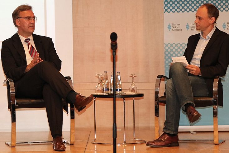 Dr. Frank Umbach und Moderator Stefan Geier