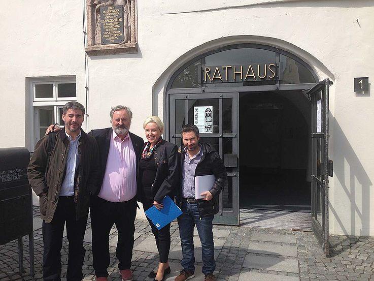 Gruppenbild vor dem Rathaus von Ebersberg. S.o.