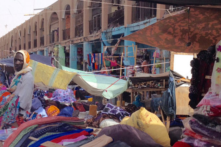 Händler mit bunten Stoffen auf einem mauretanischen Markt