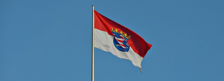 Die Flagge des Bundeslandes Hessen, rot-weiß, rot-weißer Löwe auf blauem Hintergrund mit Königskrobe auf dem Wappen