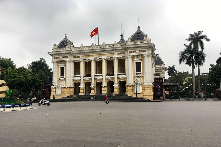 Zur Zeit der Corona-Epidemie ist dieser Platz vor der Oper in Hanoi völlig ruhig, während sonst hier ein unübersichtliches Meer von Mopeds zu sehen und hören ist