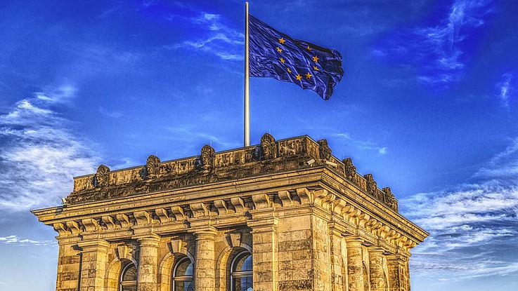 Die Flagge der EU weht im Wind auf einem der Türme des Deutschen Reichstags.